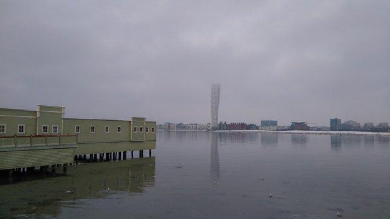 """Футуристичната кула """"Turing torso"""", която се извисява в покрайнините на Малмьо на брега  на Балтийско море - е най-високата сграда на Скандинавския полуостров - 190 метра. Футуристичният й дизайн е дело на гениалния испански архитект Сантиаго Калатрава"""