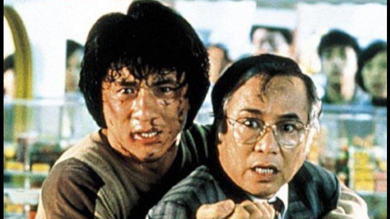"""""""Полицейска история"""" (Police Story, 1985 г.)  А защо да не се върнем и към по-старите филми на Джеки Чан?Може би много от вас пазят носталгия по времето, когато го гледахме в """"Полицейска история"""".  За онези, които са пропуснали, припомняме - полицай от Хонконг прави първото си голямо попадение, арестувайки голям наркобос. Той, от своя страна, го натопява за убийството на друг полицай. Така """"нашият човек"""" трябва да изчисти името си, докато се пази да не бъде убит и опитва да запази връзката си."""