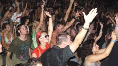 А не е като да няма български групи в този жанр, които да направят купона...