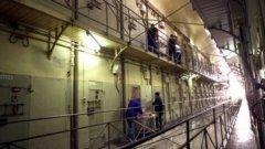 Затворниците и техните помагачи открили престрелка с надзирателите
