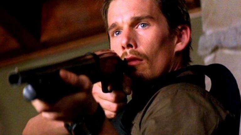 """7. Итън Хоук  Хоук е пич и не е никак лош актьор – все пак е номиниран за четири награди """"Оскар"""". Лицето му обаче крещи """"драма"""" или """"романс"""", а не """"бам-бам-бам!"""". Да, обаче след успеха на безспорно добрия """"Тренировъчен ден"""" (2001) се пробва още няколко пъти в жанра с филми като """"Нападение над участък 13"""" и доволно тъпият """"Бягство"""" (Getaway), които малцина помнят. Хубавото е, че все пак продължава да подбира и стойностни роли, защото колкото и да му се иска значките и пистолетите не му отиват особено."""