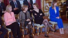 Когато италианският премиер Марио Ренци представи кабинета си преди година, жените бяха подложени на жестока критика заради облеклото си. Най-много критика отнесе красивата Мария Елена Боски заради ярко синия си костюм