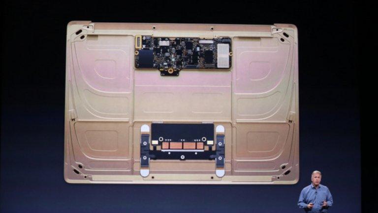 Така изглежда лаптопът под капака, без батериите. С тях Macbook може да се ползва максимално 9 часа при включен wi-fi