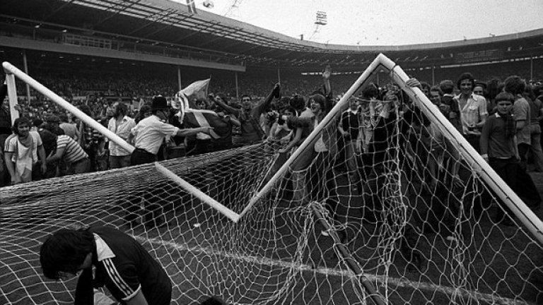 9. Англия срещу Шотландия, юни 1977  Попадения на Гордън МакКуин и Кени Далглиш носят фамозната победа на Шотландия с 2:1, постигната насред Уембли. Реакцията на феновете след края на мача, обаче, е тази, която оставя отпечатък.  След края на срещата, шотландските фенове нахлуват на терена, развявайки шотландски знамена, като в радостта ти, те събарят една от вратите, а щетите по инфраструктурата на Уембли са впечатляващи