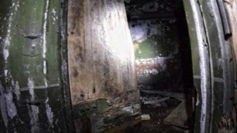 Единствената оцеляла врата се отваря с проскърцване. Зад нея - смрад и разруха.