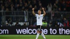 Преди началото на мача беше излъчено видео с най-добрите моменти на Подолски с националния отбор, а при смяната му пет минути преди края стадионът стана на крака