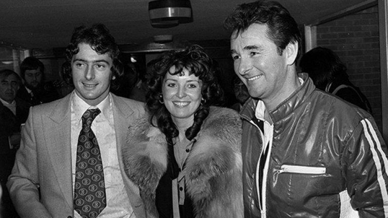 Снимката е от един от най-знаменитите трансфери на Острова за всички времена. Тревър Франсис е първият футболист, продаден за над 1 млн. паунда. През 1979-а той преминава в Нотингам Форест от Бирмингам срещу 1.18 млн. На снимката Франсис е със съпругата си Хелън и босът на Форест Брайън Клъф. Тримата изглеждат щастливи след сделката.