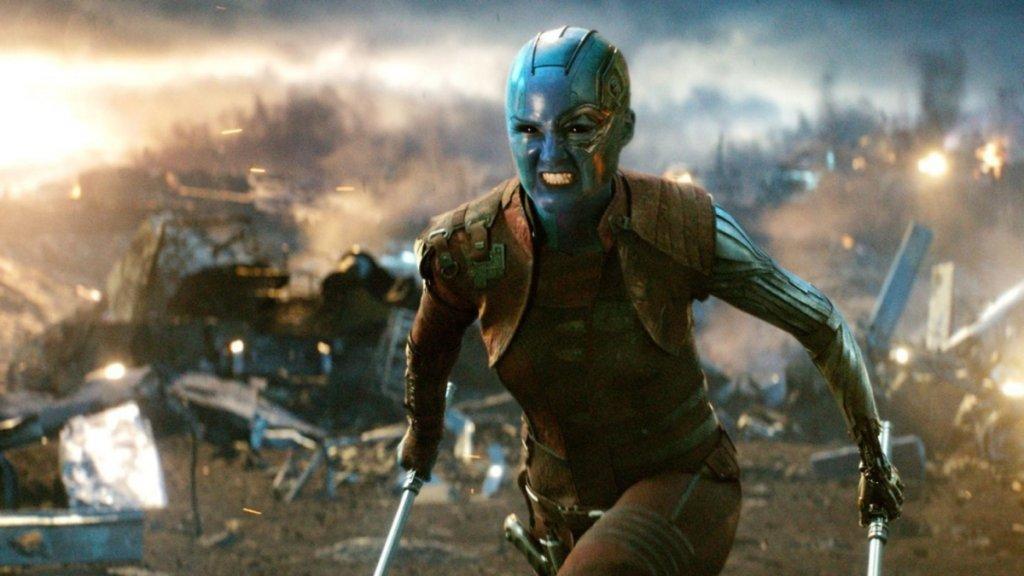 """Дъщерята на Танос  Най-известната роля на Карън Гилън всъщност е тази, в която зрителите най-трудно могат да я познаят. През 2014 г. тя се появява в комиксовата екшън-комедия """"Пазителите на галактиката"""" (Guardians of the Galaxy). Там играе синекожата Небюла - дъщеря на лудия титан Танос, който с времето ще се утвърди като най-големият злодей във филмовата вселена на Marvel. Гилън изиграва ролята и в продължението на """"Пазителите..."""", както и в """"Отмъстителите: Война без край"""" и """"Отмъстителите: Краят""""."""