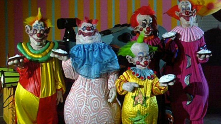 """""""Клоуни убийци от космоса""""     Ретро-траш класиката обединява любимите на хорър жанра клоуни с космическия ракурс на научната фантастика и резултатът е плачевно очарователен. Или очарователно плачевен.   Няма значение, самото заглавие на филма го прави магнит за интерес - """"Клоуни убийци от космоса"""". Колоритните галактически психопати отправят предложение, на което никой фен на второкласното кино не може да откаже."""