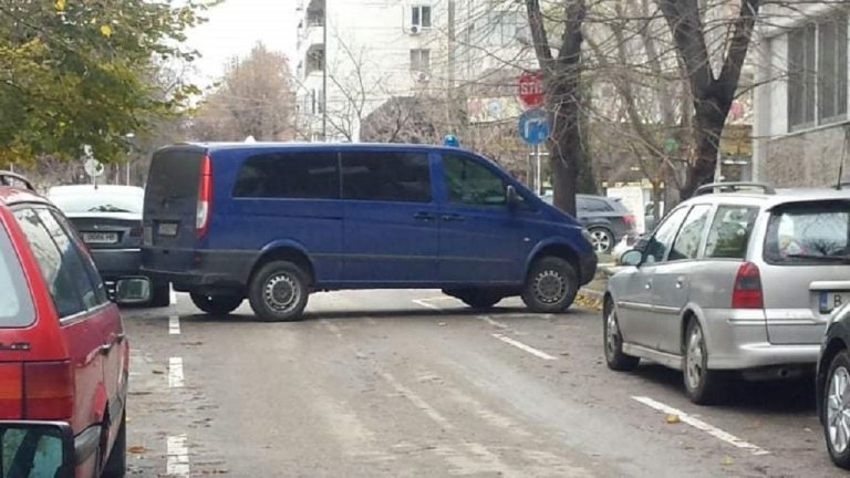 """Престъплението е извършено около 11 часа в жилищна сграда на площад """"Македония"""" в морския град."""