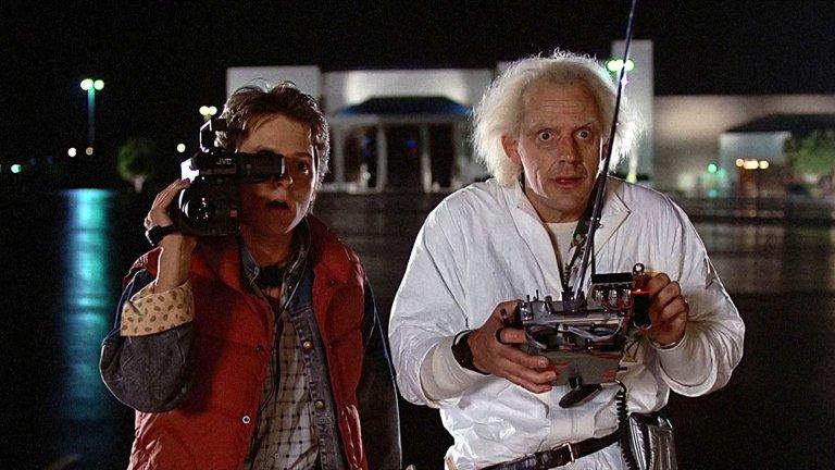 """""""Завръщане в бъдещето"""" (Back to the Future)Година:1985Комедията на Робърт Земекис стъпва върху мисли, които са минавали през главата на почти всеки - какви ли са били родителите ни на нашата възраст и какво щеше да стане, ако не се бяха срещнали? Марти Макфлай (Майкъл Джей Фокс) - типичен тийнейджър от 80-те - има шансът да си отговори на тези въпроси, а """"мисията"""" му е една: да се увери, че техните ще се срещнат, така че някога в бъдещето той да съществува. Разбира се, това предполага и известен дискомфорт и смешни ситуации, заради които филмът и до днес е класика в жанра."""