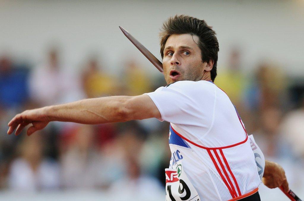 Ян Железни е световен рекордьор в най-новата история в хвърлянето на копие със своите 98,48 м, постигнати през 1996-а, но Уве Хон е недостижим с опита си от 104,80 м от 1984-та.