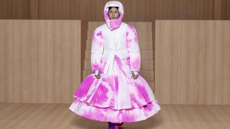 Отново бонбоненото розово е застъпено в този вълнуващ аутфит, в който моделът носи рокля и нещо като подвижна качулка. Този стил не е подходящ за интервю за работа, но пък е разкошен избор за разходка с кучето в парка в горещите, летни дни.