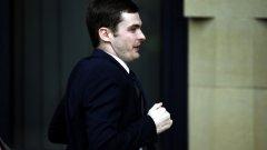 Адам Джонсън влезе на бегом в съда, за да избегне журналистите на входа
