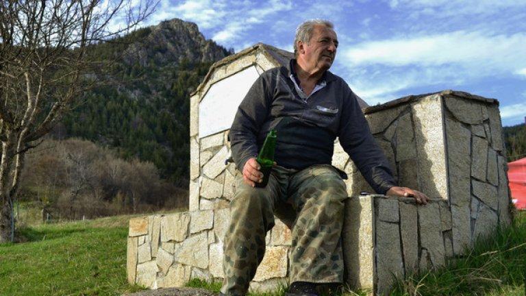Бай Хашо току-що е приключил с работата в овощната си градина и се наслаждава на хладната бира и киселчовския залез