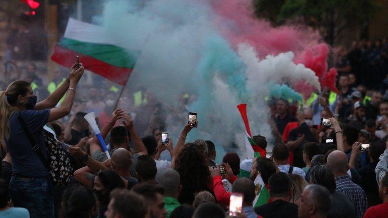 Двама полицаи и един протестиращ са пострадали при сблъсъците в София