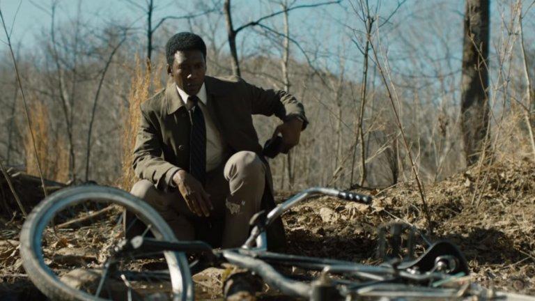 """True Detective (2019)   Али оглави актьорския състав на третия сезон на сериала на HBO, чиято задача беше да възвърне блясъка на """"True Detective"""" след по-слабия втори сезон. Действието тук се развива в три различни времеви периода - през 80-те, 90-те и наши дни. Али играе детектив Уейн Хейс - ветеран от Виетнамската война, който през 80-те се заема с разследването на изчезването на две деца. Случаят се превръща в голяма част от живота му и го преследва дори до дълбоката му и не особено радостна старост."""