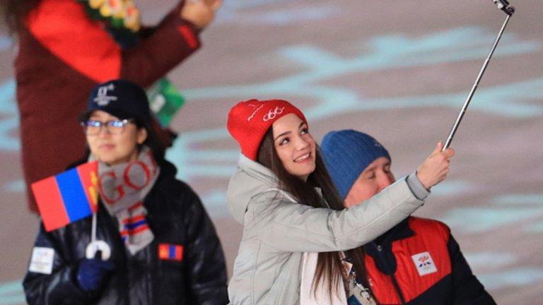 Сребърната медалистка във фигурното пързаляне Евгения Медведева снима селфи по време на церемонията по закриване на Игрите в Пьонгчанг