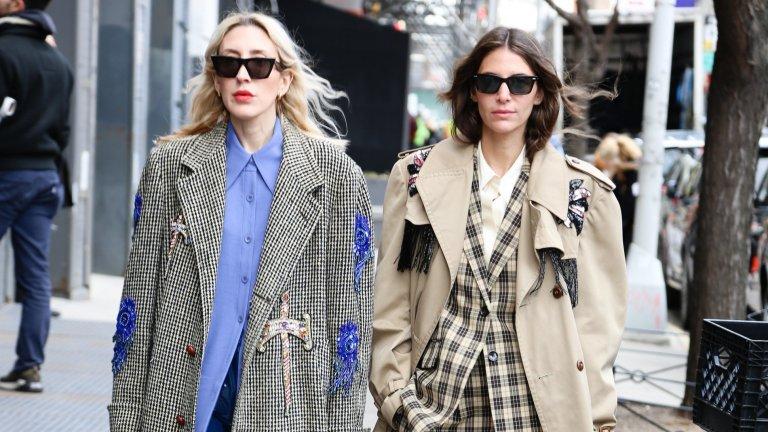 Палта, които са поне два номера по-големиПандемията наложи един по-небрежен стил на обличане, при който суетата беше изтикана на заден план. Модните спецове в Ню Йорк са в крак с тази тенденция и залагат на големи, обемни палта, които сякаш са поне няколко номера по-големи от необходимото. Явно вталените силуети скоро няма да се върнат на мода.