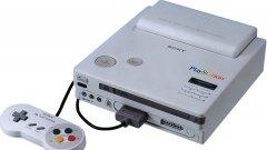 SNES CD  Историята на SNES CD е дълга и сложна и започва през 1988 г., когато Nintendo търси партньорството на Sony  - тогава все още далеч не този гейм гигант, който познаваме – за хардуерен ъпдейт на SNES. Идеята е проста: Nintendo планира да прегърне изгряващата тогава CD-rom технология като почерпи от опита на експерта при този носител Sony. SNES CD трябва да даде нов живот на застаряващата SNES, осигурявайки повече място на разработчиците и по-евтина изработка. Партньорството обаче се проваля, когато Nintendo започва разговори с Philips за същото без знанието на Sony.   В крайна сметка двете японски компании се разделят, като в същото време планираното сътрудничество с Philips също остава нереализирано. От него холандците получават само лиценз за няколко ужасно слаби Zelda и Mario игри, от които днес Nintendo се отрича. Обидени, шефовете на Sony започват работа по собствена конзола, която по-късно ще се превърне в първия PlayStation. А Nintendo продължава да ползва касетките като носители чак до края на живота на Nintendo N64 през 2001 г.