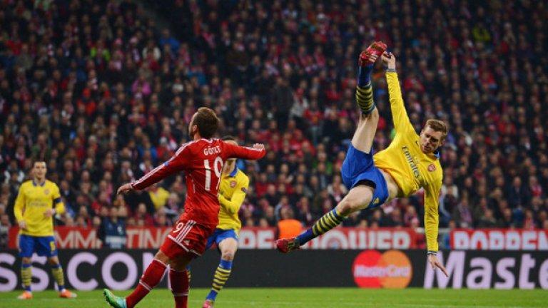 Пер Мертезакер от Арсенал чисти атрактивно топката и спира поредната атака на Байерн.