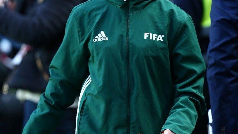 Жената на Майкъл Оливър Люси е съдийка и свири мачове от най-високото ниво на женския футбол в Англия. Обидите и заплахите са насочени към нея, тъй като мъжът й няма профили в социалните мрежи