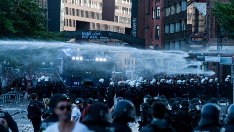 Полицията използва водни оръдия, за да разпръсне тълпата