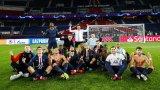 След последния съдийски сигнал футболистите на парижани си направиха обща снимка, на която по-голямата част от тях повтарят марковия жест на Хааланд.