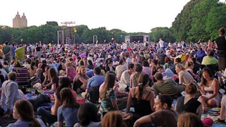 Ню-Йоркската Филхармония в Сентръл Парк, Ню Йорк През 1986-та година около 800 000 души се събират на открито, за да слушатконцерт на Ню-Йоркската Филхармония в Сентръл Парк. И досега това събитие се смята за най-посещавания симфоничен концерт, и изобщо класически концерт, в историята