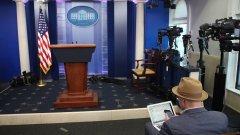 От една страна, репортерите, на които е ограничен достъпът до Белия дом, вероятно се чувстват облекчени, защото няма да им се налага общуват с Шон Спайсър