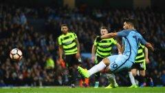 Агуеро бележи дузпата, с която Манчестър Сити поведе с 2:1