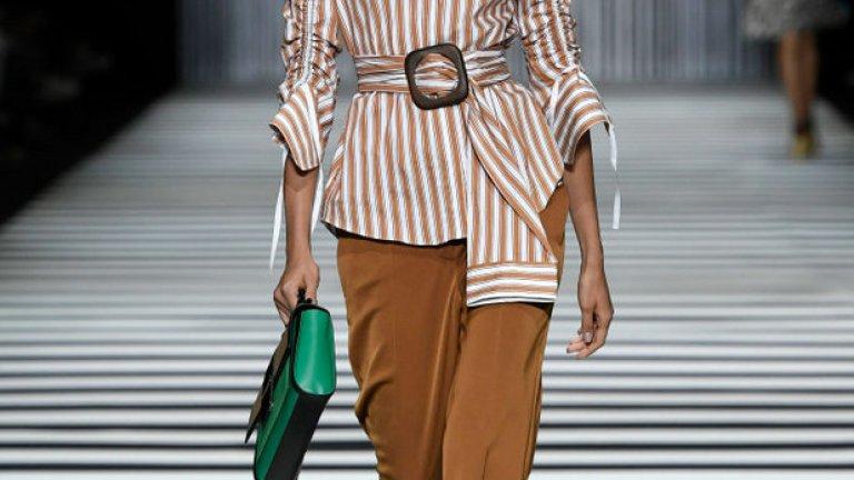 Канелена пръчка (Cinnamon Stick) Привържениците на неутралните цветове не бива да се притесняват, че за тях не е помислено. Напротив, с цвят канелена пръчка, позволяващ човек да избяга от ярките цветове, но да остане модерен.  Модел на Marc Cain от Модата на седмицата в Берлин през юли 2019 г.