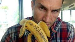 """Световният шампион и доминант в бокса Владимир Кличко не само захапа банан след инцидента с Алвеш, а и написа на него - """"Да кажем """"не"""" на расизма""""."""