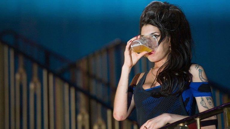 Обичана по целия свят, Ейми Уайхаус беше истинско явление на музикалната сцена в началото на 21 век. Певицата имаше особено рядък глас и талант, които едва ли бихме могли да съпоставим с тези на друг наш съвременник. За жалост Уайнхаус се бореше дълго време със своята наркотична зависимост и проблеми с алкохола. Талантливата Ейми ни напусна едва на 27 години вследствие на алкохолно натравяне.