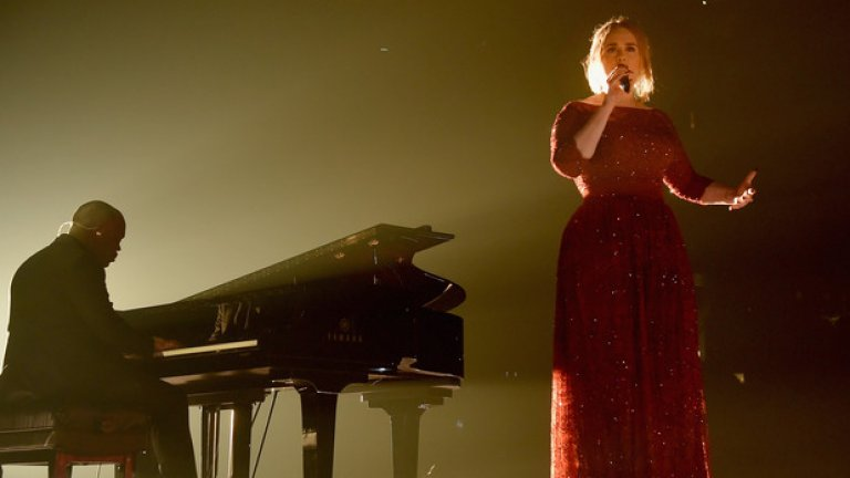 """Адел   """"25"""" стана най-продаваният албум на миналата година, така че през тази турнето е направо задължително за Адел. Талантливата певица ще гастролира в почти всяка по-голяма арена в САЩ и Европа. Няма да е изненада, ако съобщим, че билетите за концертите й се харчат като топъл хляб, а някои дати се разпродават буквално за минути.    Адел е планирала 4 концерта в Амстердам в началото на юни, веднага след това 2 в Париж и 3 в Антверпен. Това обаче е нищо в сравнение с шестте дати, резервирани през август в Лос Анджелис и през септември в Ню Йорк."""