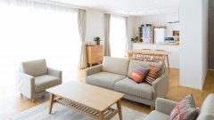 Разделете стаята сиЧесто апартаментите не са равномерно разпределени. Така например се оказва, че имате една огромна стая, която е и всекидневна, и спалня, и кухня (или поне две от тях заедно). А мислили ли сте за това, че можете да създадете усещане за друго помещение дори само ако сложите дивана си в центъра на стаята, а зад него разположите неща, подходящи например за кухнята (като маса със столове)? Класическият метод, разбира се, си остава разделянето с етажерка или шкаф, a най-хубавото остава, че винаги можете да върнете мебелите на старото им място, ако нещата не се получават.