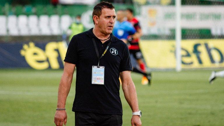 Освен че е полиглот, Акрапович явно е и добър мотиватор. Под негово ръководство Локомотив не е само еднократен фишек. Един от най-трудните мачове на Тотнъм и Жозе Моуриньо през сезона бе именно в Пловдив.
