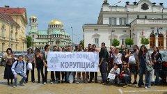 """Надсловът на днешната акция бе """"Закон, който вони на корупция"""", а протестиращите бяха сложили щипки на носовете си."""