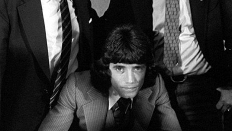 Кевин Кийгън гледа право в обектива, подписвайки с Хамбургер. Ливърпул го продаде за 0.5 млн. паунда през 1977-а, а босовете на двата клуба Джон Смит и Петер Крон бяха удовлетворени от сделката.