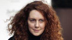 Бившата главна редакторка на News of the World и бивш шеф на империята на Мърдок във Великобритания - Ребека Брукс, подаде оставки и е разследвана заради подслушванията