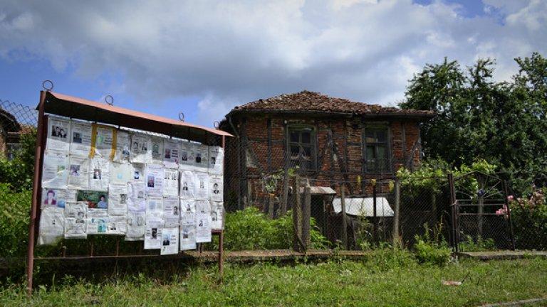Тъжното лице на Граматиково - изоставени къщи и некролози.