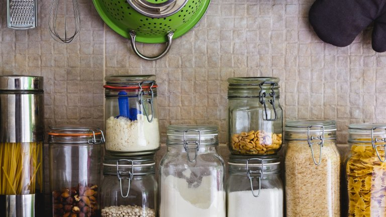 """""""Остъклете"""" кухнята сиИма два основни аргумента в полза на това да смените всякакъв вид кутии и пластмаса със стъкло - първо, доста по-екологично е. Второ, бурканите и стъклените шишета не са скъп и недостъпен съд за съхранение, а наистина изглеждат добре върху кухненския рафт. Да не говорим, че е далеч по-лесно да виждаш съдържанието, отколкото да трябва да го отбелязваш на всяка кутия или да отваряш, за да провериш какво точно беше сложил вътре. Хубавото е също така, че природата си знае работата и дори няма нужда да мислите повече за естетиката - цветовете на пастата или ядките са съвършени сами по себе си и ви освобождават от мисълта за това какво точно да сложите в кухнята, за да добавите още нюанси в нея."""