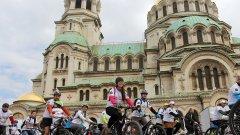 """Над 400 любители на велосипедите организираха шествие в София по случай началото на сезона. Стартът бе даден на храм-паметника """"Св. Александър Невски"""", а крайната цел бе да се стигне до Южния парк."""