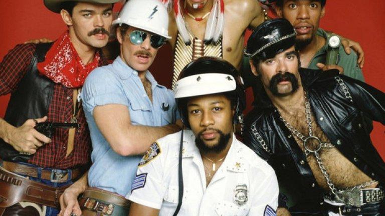 """The Village People още съществуват, макар че от 1977-та насам смениха не един и двама каубои, полицаи и строители. През август 2013 те издадоха нов сингъл наречен """"Let's Go Back to the Dance Floor"""". Очакваме и нов албум"""