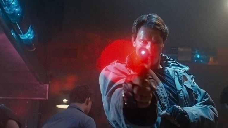 """""""Терминаторът"""" (The Terminator)Година:1984Едва ли можем да кажем нещо ново за филма на Джеймс Камерън, който превърна Арнолд Шварценегер в истинска звезда. Фатално обаче се доближаваме до 2029-а - годината, от която неговия герой е изпратен в миналото, за да убие Сара Конър, преди тя да стане майка на глобалния лидер на човечеството.  Това донякъде ни кара и да се забавляваме с представата, която киното през 80-те създава за 20-те години на следващия век: киборги с инфрачервени очи, програмирани за убиване. Въпреки това филмът остава еталон в областта на екшъна със сайфай елементи и известни нюанси на хоръра, заради което вероятно държи и рейтинг от 100% одобрение в Rotten Tomatoes."""