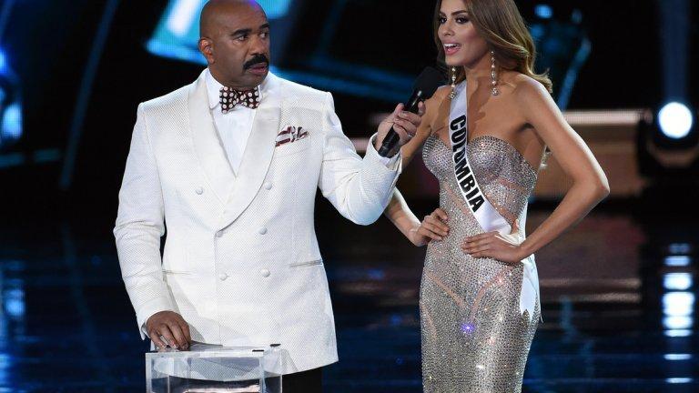 """Стийв Харви и """"грешната"""" Мис Вселена 2015   Подобни грешки явно стават и на конкурсите за красота. През 2015-а Стийв Харви води уверено конкурса """"Мис Вселена"""" докато не идва времето победителката да си получи короната. Харви обявява името на Мис Колумбия и Адриана Гутиерез пристъпва напред със сълзи на очите.  Секунди по-късно става ясно, че фаворитката всъщност е Мис Филипини и всичко е един огромен гаф. Кадрите още са неприятни за гледане, сигурно най-вече за Гутиерез."""