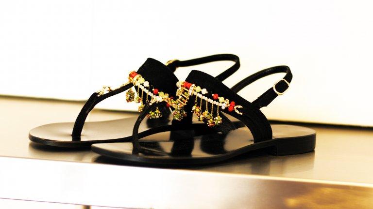 Сандали с етно мотивиЗа поредна година на мода излизат сандалите с шарени етно елементи, които да привличат погледа към стъпалата. Добре дошли са всякакви мъниста, камъчета, пискюли и ресни, стига да не правят ходенето невъзможно, разбира се.