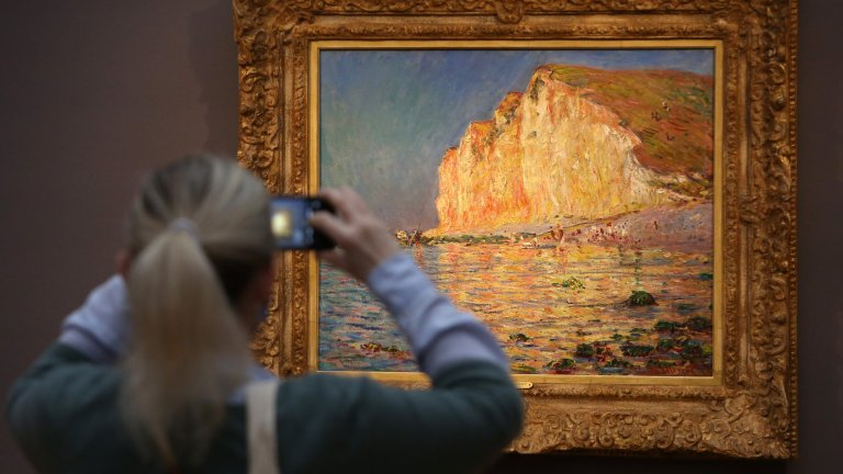 """Обирът в Националния музей на Стокхолм През декември 2000 г. трима мъже влизат в Националния музей в Стокхолм. Един от тях заплашва пазачите с автомат, а другите двама за няколко минути изрязват от рамките три картини на обща стойност 36 млн. долара и изчезват. Картините са """"Автопортрет"""" на Рембранд, """"Малка парижанка"""" и """"Разговор с градинаря"""" на Реноар. """"Разговор с градинаря"""" била открита по-късно от полицията по време на акция за борба с наркотърговците - картината се намирала в чувал с марихуана. Другите две картини полицията открила през 2005г."""