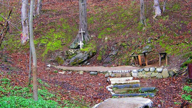 Не са малко хората, които вярват, че ако пият или се измият с вода от аязмото на манастира, до което се стига през малък мост над река Габровница, това ще им даде здраве и благополучие.
