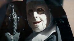 """Обирджиите, вдъхновени от """"Градът""""  Филмът """"Градът"""" (The Town, 2010 г.) с Бен Афлек разказва за група престъпници от Бостън, които използват различни маски и костюми - на монахини, полицаи и скелети - за да извършват своите обири.   Видяното на екрана очевидно вдъхновява петима души, арестувани през 2011 г. в Ню Йорк. Те използват редица от нещата, които са видели героите на Афлек и Джеръми Ренър да правят във филма, сред които спиране на тока на местата, които обират, и използването на миньорски начелници, за да си светят в тъмното. По данни на The Hollywood Reporter групата е задигнала над 200 хиляди долара от обиране на магазини за преоценени стоки и ресторанти, преди белезниците да щракнат около ръцете на нейните членове.  Друг престъпник, задържан в банка в Чикаго, дори е в костюм на монахиня - досущ като героите от филма."""